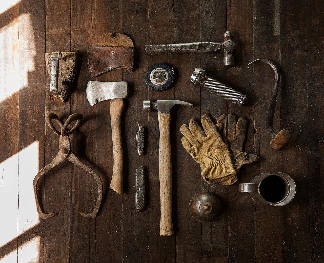 Vanhoja työkaluja pöydällä.